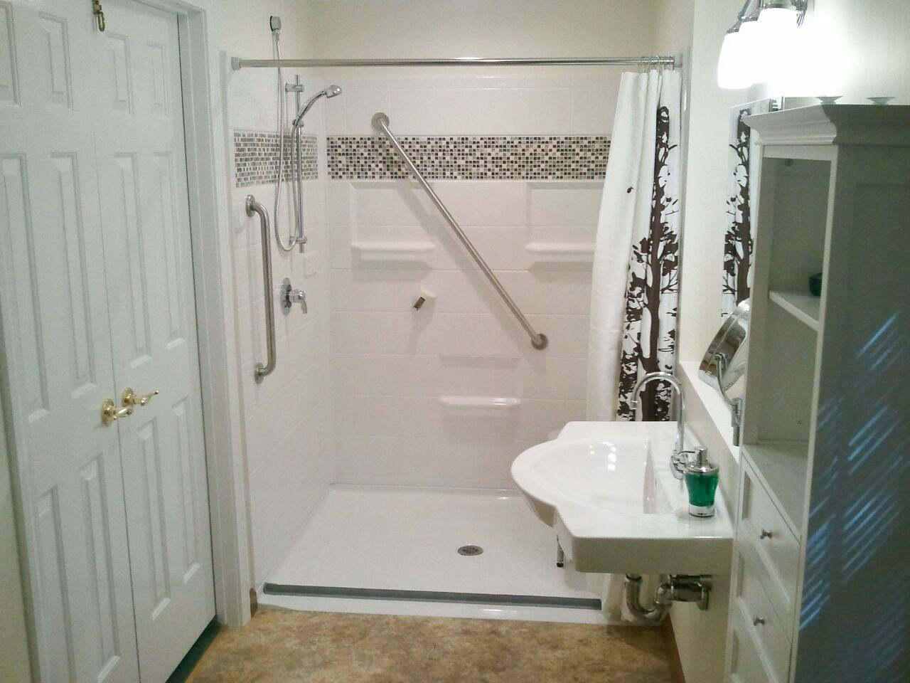 Milwaukee Roll in acrylic shower surround 3
